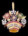 Anos 60. Broche em forma de cesta de flores  que também pode ser usado como pingente, em Ouro 18 K , brilhantes, esmeraldas, safiras azuis e rubis, faltam 1 brilhante e 1 esmeralda, peso total 12.1 gramas, medindo 3,5 x 4 cm.