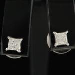 Par de Brincos em Ouro 18 K com solitário de Brilhante com 0,17 quilates cada e peso total 2 gramas.