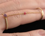 Anel em Ouro 18 K articulado com 16 Brilhantes  com 0,005 quilates e 14 rubis com peso total 2.9 gramas.