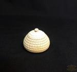 Caixa porta anel redondo em marfim . Medida 3 cm de altura ,2,5 cm de diametro