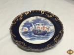 Prato decorativo em porcelana portuguesa Gilman com caravela Vasco da Gama. Medindo 24,5cm de diâmetro.