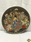 Antigo Prato medalhão Satsuma Imperial em porcelana japonesa, medindo 30 cm de diâmetro