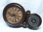 Relógio carrilhão de parede  tipo 8 em madeira nobre da marca E. Ingrahan & co - Bristol   - 1871, com 2 cordas, acompanha a chaves Medindo 54cm de altura.  Funcionando mas necessita revisão.