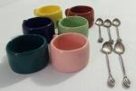 Seis canecas em porcelana para xícaras e cinco colheres de cafe