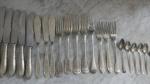 Antigo talheres em metal, facas, garfos, garfos de peixe  e colheres.