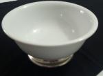 Vaso decorativo em porcelana  Germer com base em metal marcado - Diâmetro: 31 cm e Atura: 14 cm