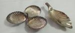 Duas antigas petisqueiras em prata 90 em formato de três conchas unidas, com pega central alta. e petisqueira saboneteira com Pés