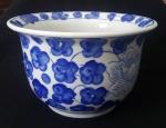 Cachepô em cerâmica com detalhes em flores azul - Diâmetro: 19 cm e Altura: 12 cm