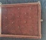 Lindo claviculário, com suporte para treze chaves, em bela moldura em madeira, protegido por vidro, com porta - Medidas: 37x46 cm