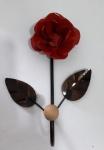 Lindo cabideiro de parede em metal com um gancho e em formato de flor na cor vermelha. Ideal para dar um ar de sofisticação ao ambiente - Medidas: 15x24 cm