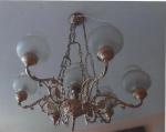 Magnífico Lustre Francês em bronze dourado, cinzelado e patinado, para 07 luzes, cúpulas, fundição LIORS. Medindo 90 x 70 cm.