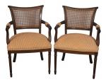 Par de elegantes cadeiras de braço no estilo austríaco em madeira nobre com acento em tecido e encosto em palinha. Med.: 85 x 57 x 50 cm.