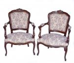 LUIS XV - Par de lindas poltronas em madeira nobre esculpidas a mão com acento e enconsto e apoio para braços em tecido floral brocado e tacheado. Med.: 93 x 68 x 62 cm.