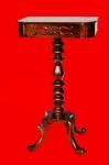 Mesa alta de apoio antiga em madeira nobre com tampo com entalhes e coluna torneada com pés arqueados. Medida 28x48cm e 85cm de altura. Móvel em ótimoestado de conservação.