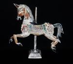 Grande cavalo oriental em madeira ricamente trabalhado e policromado. Medida 52x48 cm.