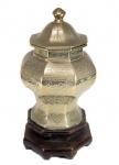Antigo potiche oriental em espesso e pesado  bronze trabalhado apoiado sobre peanha de madeira. Medida 22 cm de altura total.