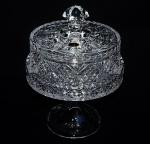 Boleira da cristal com rica lapidação. Medida 14cm de diâmetro e 20cm de altura. peça sem uso e na caixa original.