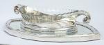 Maison Christofle, contraste Gallia. Louis SÜE (1875-1968) e André MARE (1885-1932).Excepcional floreiro Francês  Art Déco, com cristal original, presentoir espelhado.Medidas, presentoir: 3 cm de altura, 60,5 cm de comprimento e 39 cm de profundidade e a Floreira medindo 10,5 cm de altura, 50 cm de comprimento e 25,5 cm de profundidade.  Louis Süe e André Mare, expuseram com pavilhão próprio na Exposição Internacional de Artes Decorativas em Paris em 1925.