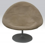Confortável poltrona giratória com pé em metal pintado estofado na cor marrom claro. Medindo altura total 77 cm, altura acento 40 cm, comprimento 97 cm e profundidade 80 cm. Em bom estado de conservação.