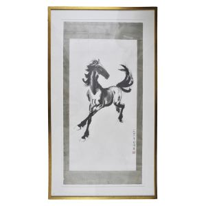 XU BEIHONG - Rara gravura pincelada manualmente sobre papel de arroz, emoldurada em seda, assinada e selada em vermelho no c.i.d. , cerca 1950. Medidas: 129 x 63,5 cm(papel e seda) ou 152 x 86 cm(com moldura). Obra adquirida da Coleção Jorge Amado, no Leilão de Soraia Carls de Novembro de 2008 (lote 62).