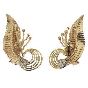 Par de brincos estilo Art Nouveau em ouro 18 kl em formato de folha cravejado com diamante. Peso: 9,1 g. Medidas: 3,5 x 1,6 cm.