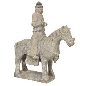 Raro grupo escultórico em terracota chinesa com resquícios de policromia representando Guerreiro, montado sobre cavalo. Início da Dinastia Ming. Cerca 1500. Med.: 31 x 26 cm