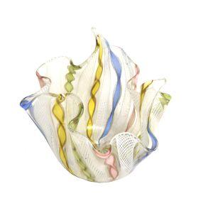 Vaso em vidro artístico de Murano, VENINI, modelo Fazzoletto, com inclusão de filigrana e laticínios nas cores, azul, amarelo, rosa e verde, cerca anos 50. Altura: 8 cm