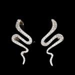 """Par de brincos em ouro 18 kl """"snake"""", cravejados com  diamantes. Peso: 13,2g. Alt.:2,8 cm.(este item não participa da exposição. A demonstração pode ser agendada com até 48 horas de antecedência e somente para clientes cadastrados na plataforma)"""
