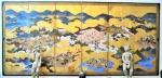 Raríssimo biombo japonês do século XVII de 6 folhas, com rica pintura de cidade com templos, casas, personagens e palácio, final do século XVII. Em ótimo estado de conservação. Medidas: 168 x 370 cm.