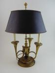 Luminária de mesa Inglesa em bronze para três luzes. Altura 60 cm, diâmetro  41 cm. Pantalha em latão. Precisa de pequenos ajustes.