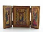 Triptico para viagem, representando Nossa Senhora, reverenciada por duas santas. Altura 11 cm e largura de 7,2 cm.