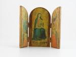 Tríptico em madeira. Impressão representando Nossa Senhora adorada, com os reis magos, altura 20 cm, largura 22 cm.