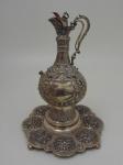 Jarra em prata Inglesa, Período Victoriano com a bandeja. Altura 45 cm, diametro da bandeja 33 cm, peso 2400 g. Possui pequenos amassados.