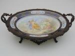 Centro de mesa em porcelana francesa Sévres. Altura 13 cm, largura 31 cm, comprimento 50 cm.