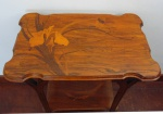 Mesa de cento com marcheterie feita com madeiras florais. Assinada EMILE GALLE. Altura 75 cm largura 62 cm, profundidede 40 cm.