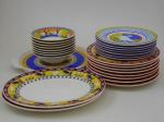 Lote composto por oito pratos rasos diâmetro 27.5 . , oito pratos fundos , diâmetro 19 cm., sete pratos de sobremesa diâmetro 22 cm., duas travessas rasas  comprimento, 32,5 cm. , largura 26 cm., um prato para tortas 33 cm., diâmetro. Porcelana Vista Alegre.