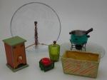 Lote contendo sete peças diversas,  um porta chá medindo 15 cm., altura  0 cm., profundidade 9 cm., largura. dois porta velas , um rechaud e um cachepot e dois pratos de vidro para bolo.