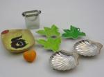 Lote contendo oito peças, tres cinzeiros ,uma cestinha , um coração e tres folhas em porcelana,  cinzeiro de cerâmica  medindo 16 cm., comprimento , 12 cm., largura.