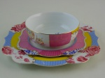 Lote composto por tres peças, uma tijela com prato, um prato de sobremesa  medindo 23 cm. diâmetro