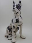 Uma escultura em cerâmica de um cachorro medindo altura 77cm. comprimento 56 cm., largura 30cm. Obs Necessita de conserto, uma perma esta quebrada