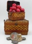 Uma tartaruga em madeira ,altura 9 cm, comprimento 24 cm, largura 24 cm , dois cestos porta objetos , o menor com defeito na tampa  altura 22 cm, comprimento 42 cm profundidade 30 cm, e dezenove maçãs decorativas
