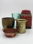 Um vaso de vidro , altura ,27 cm, largura 16 cm, profundidade v16 cm. dois cachepot, uma panela em cobree um pote com tampa.
