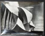 Bruno Giorgi - Fotografia, Meteoro no espelho d'água do Palácio do Itamaraty, ampliação em gelatina de prata 23 x 29 cm, retratado de época assinado e datado pelo artista em 1967, com dedicatória. Em excelente estado de conservação.