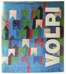 VOLPI - Raríssma Edição em capa dura sobrecapa acetato com silkscreen, com introdução e comentários de Theon Spanudis - psicanalista, poeta, colecionador e crítico de arte, turco, participante do movimento neo-concreto, e com organização do colecionador e curador de arte, paulista, Ladi Biezus, contendo dados biográficos do excepcional pintor Alfredo Volpi, e uma criteriosa seleção de suas obras-primas, proporcionando imagem clara e objetiva de seu desenvolvimento, passando por suas diferentes fases, ilustrando com alguns dos pontos mais altos que sua criatividade alcançou, contendo 65 reproduções de alta qualidade em papel importado com provenance das coleções. Livraria Kosmos Editora. Copyright da edição 1975. Editor Helmut Krüger Verlag, Düsseldorf. Reproduções - FBS München, composição IBV Berlin, impressão Ludwig Auer Donauwörth, produção Rudolf P. Gorbach, München, Alemanha. Medidas - 30,6cm x 26cm, 158 páginas, em bom estado de conservação, com poucas marcas do tempo. Reproduções em ótimo estado de conservação.