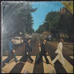 The Beatles - ABBEY ROAD - Emblemático LP da banda inglesa de rock dos anos 60, Apresenta severo desgaste no rótulo da bolacha (centro do vinil) e ínfimos riscos no disco, plenamente executável, capa em perfeito estado de conservação. APPLE RECORDS ODEON