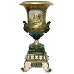Grande ânfora em porcelana Sévres e bronze. Decoração nas cores verde e dourada. França, Séc. XIX. 51 cm de altura. Marcas no verso.