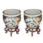 Par de vasos em porcelana policromada com decoração oriental e base em madeira. China, princípio do Séc. XX. 35 x 40 cm sem a base e 58 x 40 cm com a base.