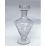 Lallique - Licoreira em cristal trabalhado. 25 cm de altura. Apresenta bicados na tampa.