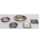 Grupo composto por cinco peças em prata. Maior com 12 x 10 cm e menor com 6,5 x 6,5 cm.