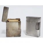 Dois isqueiros em metal prateado. Dupont. 4,5 x 3,5 cm.